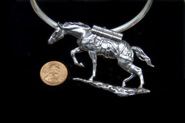 Sgt Reckless pendant, a replica of the monument by the artist